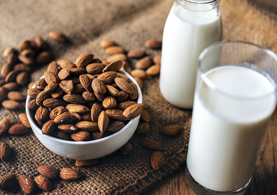 La ce te ajuta laptele de migdale