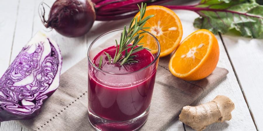La ce te ajuta sucul de varza rosie